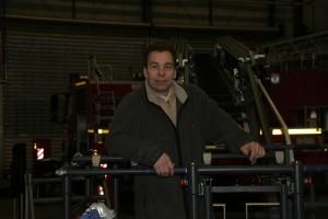 """Bild 2: Jürgen Huditz, Elektrotechnik und Steuerung bei Metz. """"Natürlich sind im mobilen Einsatz Eigenschaften wie Robustheit, weiter Temperaturbereich und EMV-Verträglichkeit obligatorisch. Erschwerend kam hinzu, dass der Sensor auch bei mechanischen Toleranzen im Drehgelenk zuverlässige Messwerte liefern sollte."""" (Foto: Metz)"""