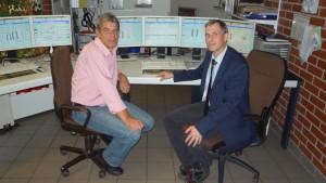 Dr. Nicolaus Bahr, Betriebsleiter bei der BASF Minden (rechts) und Rüdiger Okrongli, Leiter Elektro-, Mess- und Regeltechnik bei der BASF in Minden (links). Für die Visualisierung wurde die grafische Darstellung der Anlage überarbeitet bzw. neue Grafikbilder erstellt. Bild: BASF