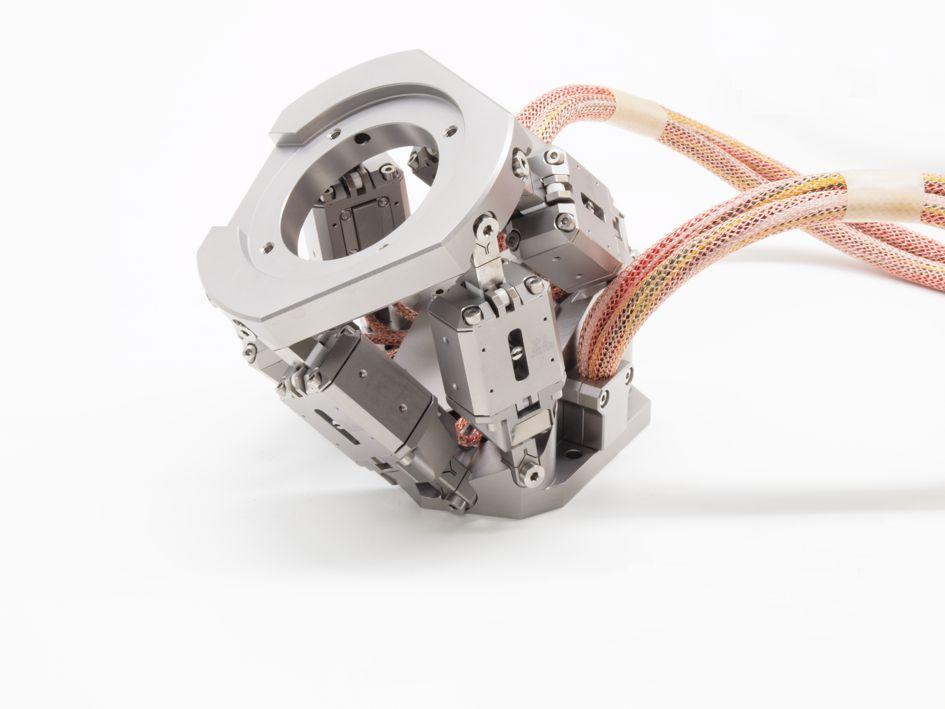 Bild 6: Der Mini-Hexapod bewegt Lasten bis ca. 1,5 kg über lineare Stellwege bis zu 1,5 mm und Winkel bis zu 2°. Die eingesetzten Schreitantriebe arbeiten auch unter Magnetfeldern zuverlässig.
