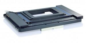 Bild 8: Vielseitig einsetzbarer Mikroskopie-Kreuztisch, der mit lediglich 30 mm Höhe äußerst flach baut und keine störenden Spindelkanäle oder Motorausbuchtungen hat. Er lässt sich mit den ebenfalls sehr flach bauenden Piezo-Z-Tischen kombinieren. (Foto: PI)