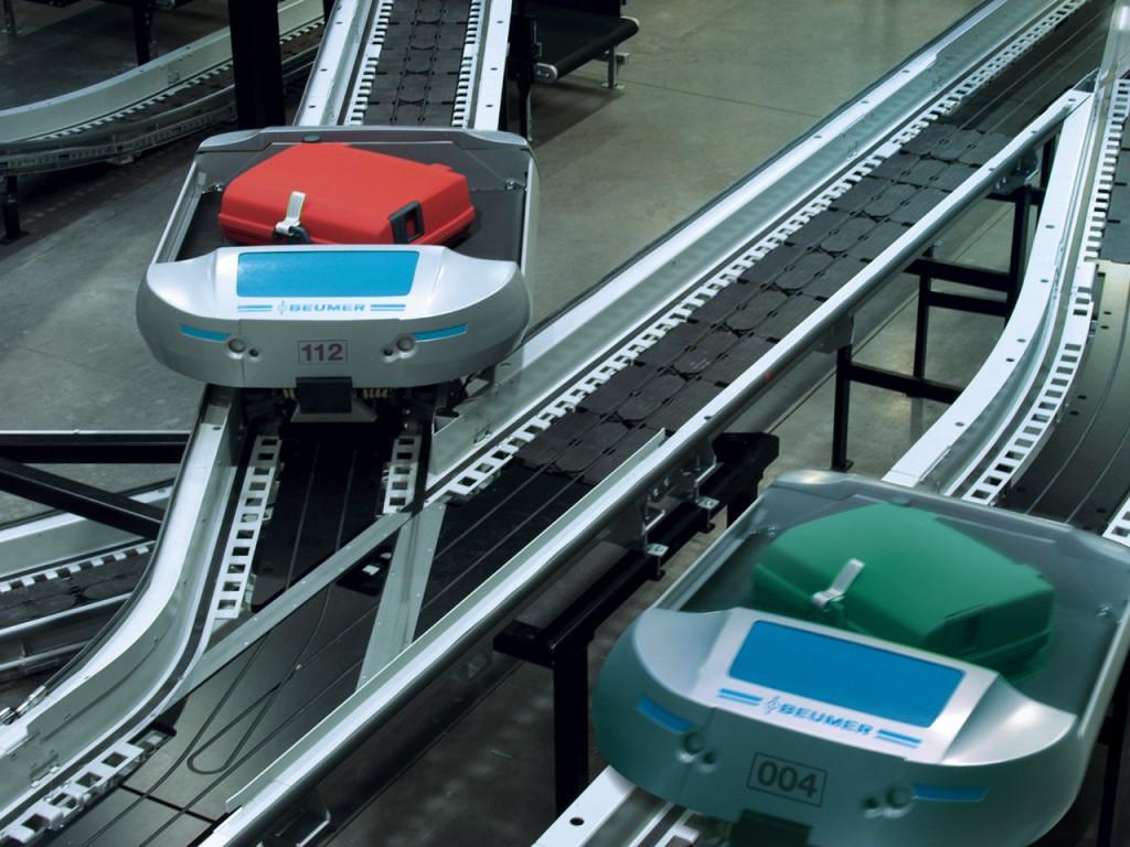 Bild 1:  Der Flughafen Danzig wurde rechtzeitig zur Fußball Europameisterschaft 2012 komplett modernisiert und ausgebaut. Die Gepäcksortier- und Verteilanlage besteht aus einem Schienensystem und den intelligenten BEUMER autoca-Fahrzeugen (Foto: BEUMER)
