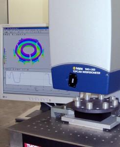 Bild 1:  Weißlicht-Interferometer: Ebenheiten, Stufen und Parallelitäten präzise, schnell und einfach messen. (Foto: Polytec)