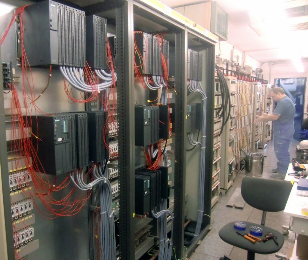 Bild 1 Dass man vor einer Umstellung keine Angst haben muss, wissen die Experten für Prozessautomatisierung von der Rösberg Engineering GmbH aus Erfahrung. Sie haben schon diverse Migrationen von S5 auf neue Steuerungslösungen realisiert, z.B. auf S7. (Foto: Rösberg)