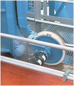 Bild 3:   Der an das gummierte Messrad der Laufkatze angebaute Zwillingsgeber POG 10 G liefert redundante Drehzahlsignale. (Bild: Baumer)