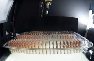 Die durchsichtigen Trays in Verbindung mit der Durchlicht-Lösung erlauben eine optimale Erkennung der eingesetzten Module (Bild: Semikron)