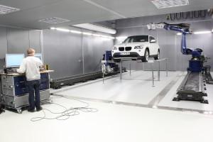 Diese komplett ausgestattete Akustik-Halle beherbergt die weltweit wohl leistungsfähigste Anlage zur vollautomatischen Schwingungsmessung Bild: Polytec