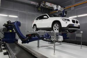 Das Testcenter hat zwei auf Linearachsen verfahrbare Roboter, die jeweils mit einem 3D-Scanning-Vibrometer ausgestattet sind Bild: Polytec