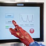 Auch beim Einsatz verschiedener Handschuhe sollten Touch-Anzeigen problemlos und fehlerfrei Eingaben registrieren Bild: Danielson