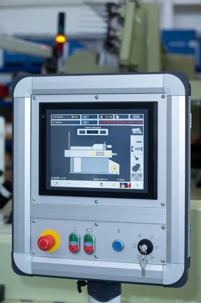 """HMI-Bedienfelder mit 5""""- und 12""""-Monitoren sorgen für Information und einfache Bedienung. Bild: Omron"""