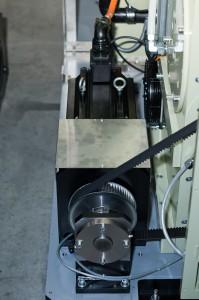 Hauptantrieb mit 15KW Leistung der Beschneidemaschine. Sie bringt die fertig gepresste Tube auf Maß. Bild: Omron