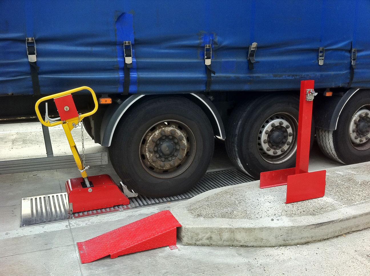 Vor dem Rad platziert und in den Rillen der Bodenplatte eingerastet, lässt sich der Hebel nach unten drücken und anschließend der Schlüssel zum Öffnen des Rolltors entnehmen. Bild: STI
