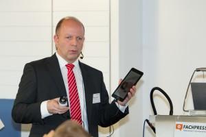 Thorsten Czech, Optris GmbH, machte die Anwesenden mit den Features einer neuen Wärmebildkamera zu vertraut. Bild: RBS