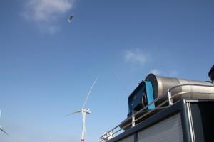 Größenvergleich: der Drachen fliegt entschieden höher als die Flügel der Windräder und nutzt so die dort höhere Wingeschwindigkeit Bild: Faulhaber