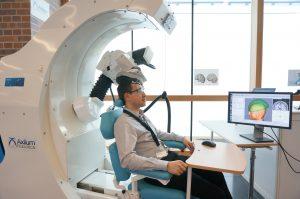 Der Patient sitzt dabei in einem bequemen, elektrisch verstellbaren Sessel mit Kopfstütze. Bild: Axilum Robotix