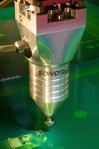 """Mit der Sonodrive 300 wurde eine Vibrationsspindel zur Serienreife gebracht, die bei hochpräzisen Mikrobohrungen durch ein patentiertes Verfahren die Bearbeitungszeiten gegenüber herkömmlichem Standardequipment um bis 60 % verkürzen kann. Als """"Plug & Play""""-Lösung lässt sie sich in alle marktüblichen Senkerodiermaschinen integrieren. Bild: Fraunhofer ICT-IMM"""