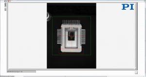 Die integrierte Bildverarbeitung unterstützt die Ausrichtung des Chips vor der Montage (Chip von STMicroelectronics). Bild: PI miCos