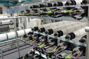 Ansicht des Liberty-Gestells mit den zugehörigen Schrittmotoren für die Fadenzugkontrolle Bild: Karl Mayer Textilmaschinenfabrik