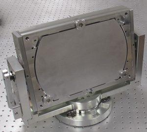 Kundenspezifischer Spiegelhalter für große Optiken. Auch diese Mechaniken können mit der PiezoMike automatisiert werden. Bild: Liop-Tec