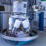 """Ein Schwerlast-Hexapod wird hier an einer Beamline für die Materialforschung eingesetzt. Als """"Herzstück"""" einer Experimentierhütte ermöglicht er die Messungen von Materialeigenschaften. Bild: Physik Instrumente (PI), Helmholtz-Zentrum Geesthacht am DESY, N. Schell"""