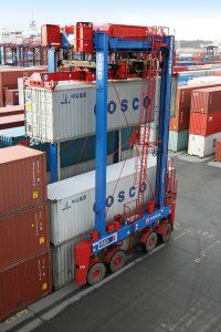 Bei Portalstaplern wird die eingesetzte Primärenergie für die Hubeinrichtung und das Fahrwerk benötigt. Energie aus Absenk- bzw. Bremsvorgängen lässt sich dabei gut rückspeisen. Bild: Terex Port Solutions