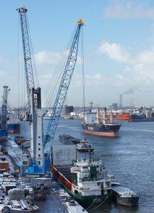 Hafenmobilkran: Die Vielzahl von Dreh- und Hebe- bzw. Senkvorgängen im Arbeitsalltag eines Hafenmobilkrans eröffnet ein hohes Potenzial zur Rekuperation rückgespeister Energie Bild: Terex Port Solutions