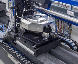 Auf dem kombinierten Kipp- und Hubtisch (bestehend aus drei differentiell angesteuerten Hubelementen) ist ein luftgelagerter Rotationstisch platziert. Er dreht sich mit einer Geschwindigkeit von bis zu 36 °/s und arbeitet mit Ebenheitsabweichungen von unter 100 nm bei einer Auflösung von 0,5 µrad. Bild: PI / HZG