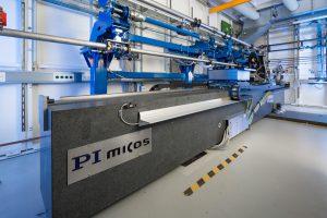 Am Speicherring PETRA III am DESY in Hamburg betreibt das Helmholtz-Zentrum Geesthacht die Imaging Beamline P05 mit zwei experimentellen Stationen, eine für Mikrotomografie, eine für Nanotomografie. Gezeigt ist hier der experimentelle Aufbau der Nanotomographie. Bild: PI / HZG