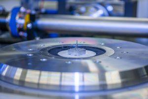 In der Apertur des Rotationstisches sitzt der eigentliche Probenhalter auf der beweglichen Plattform einer sechsachsigen Parallelkinematik. Bild: PI / HZG