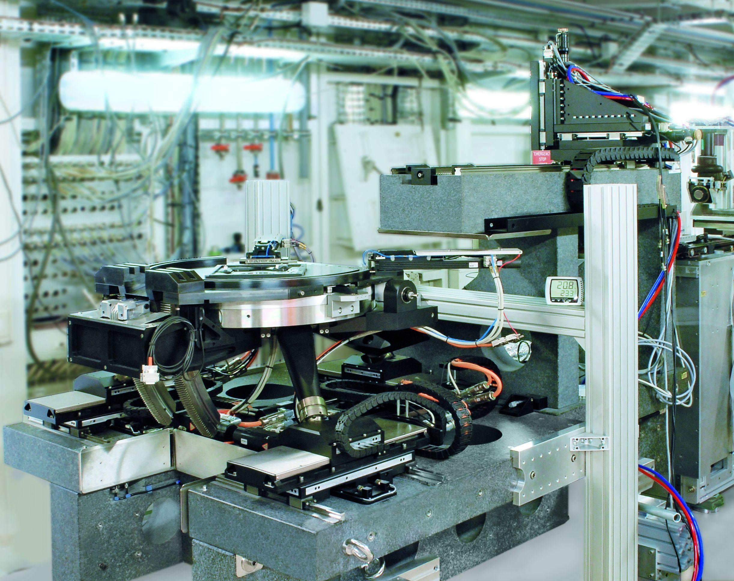 Im Prinzip besteht die Detektor- und Probenpositionierung aus drei kooperierenden Systemen: einem Hubtisch mit Granitunterbau, einem in drei Achsen beweglichen Detektortisch und der Probenpositionierung. Letztere setzt sich zusammen aus einem sechsachsigen Positioniersystem sowie einem Rotations- und Kipptisch, auf dem der eigentliche Probenträger kontaktlos positioniert wird. Bild: PI, Fraunhofer EZRT, ESRF