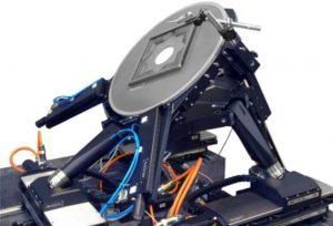 """Positioniert Proben auf den Mikrometer genau: Die sechsachsige Parallelkinematik ist symmetrisch aufgebaut, wobei jeweils drei """"Beine"""" mit fester Länge an der Plattform angreifen, die wiederum jeweils von eine XY-Tischkombination getragen werden Bild: PI"""