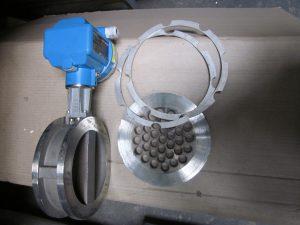 Neuer Wirbelstromzähler mit Strömungsgleichrichter nach dem Umbau; im Betrieb ist nur der blaue Messkopf sichtbar. Bild: Cordenka / Rösberg