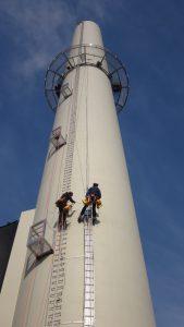Neubau der Abluftabsaugung: einer der zwei neuen Abluftkamine mit Emissionsmessstellen auf der 43 m hohen Arbeitsbühne. Bild: Cordenka / Rösberg