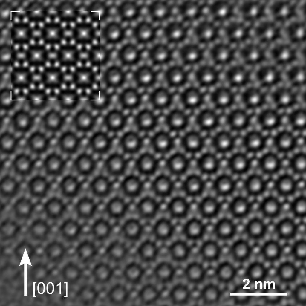 Da bei Elektronenmikroskopen die Wellenlänge des Lichts als Begrenzungsfaktor keine Rolle spielt, lassen sich sogar die Abstände einzelner Atome erkennen. Transmissions-Elektronenmikroskope (TEM) erreichen Auflösungen bis 0,1 nm; bei Rasterelektronenmikroskopen (SEM, Scanning Electron Microscope) liegt die Auflösung im Bereich von 1 nm. Bild: Dr. Reiner Ramlau, MPI für Chemische Physik fester Stoffe