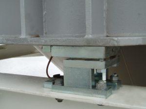 Der Behälter steht auf dem Wägemodul. Das untere Teil des Wägemoduls ist bereits verschraubt, oben muss es noch verschweißt werden. Die Wägezelle wird erst nach Abschluss aller Arbeiten eingesetzt und ist so vor Beschädigungen durch den Schweißstrom geschützt. Foto: Flintec