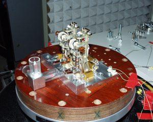 Ein DC-Kleinstmotor treibt einen Exzenter, der einem Verschluss aus Keramik auf den Ofen fährt und simultan die elektrischen Kontakte für die Ofenheizung schließt. Durch dünne Rohre wird das Gas zur Analyse an die wissenschaftlichen Instrumente weitergeleitet. Bild: MPE und FAULHABER