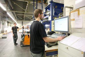 An den Bedienstationen des Prozessleitsystems und MES sind alle relevanten Informationen auf einen Blick verfügbar. Bild: Rhenus Lub