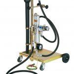 Druckluftbetriebene Sicherheitspumpe hilft u.a. beim Benzinumfüllen. Bild: CEMO
