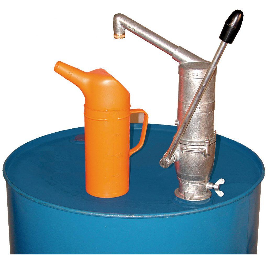 Größere Kolbenhandpumpe z.B. um Ölkannen aus dem Vorratstank zu befüllen. Bild: CEMO