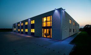 """Die Firmenleitung der Dr. Dietrich Müller GmbH ist überzeugt von Pertinax und seiner Zukunftsfähigkeit: """"Wir werden die Anwendungsmöglichkeiten noch weiter ausbauen und auch neue Ideen in das Produkt einbringen."""" Bild: Dr. Dietrich Müller GmbH"""