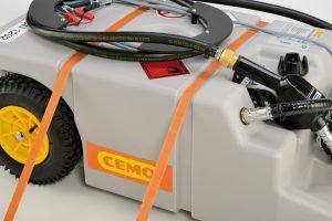 Die Trolleyvariante mit breiten Rädern für kleinere Mengen ist ebenfalls mit den praktischen Zurrgurtvertiefungen versehen. Bild: CEMO