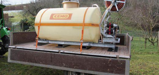 Untergelegte Antirutschmatten aus Gummi plus Niederzurrgurten erlauben den schnellen Wechsel. Bild: CEMO