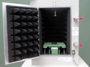 Prüfkammer mit Absorbereinlage. Bild: ENGMATEC