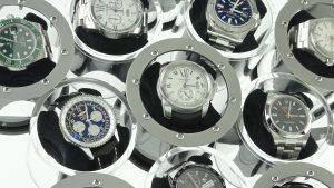 Die Zylinder, in denen die Uhren befestigt sind, rollen aufeinander und halten sich so gegenseitig in Bewegung. Nur der mittlere Zylinder muss angetrieben werden. Bild: M&E