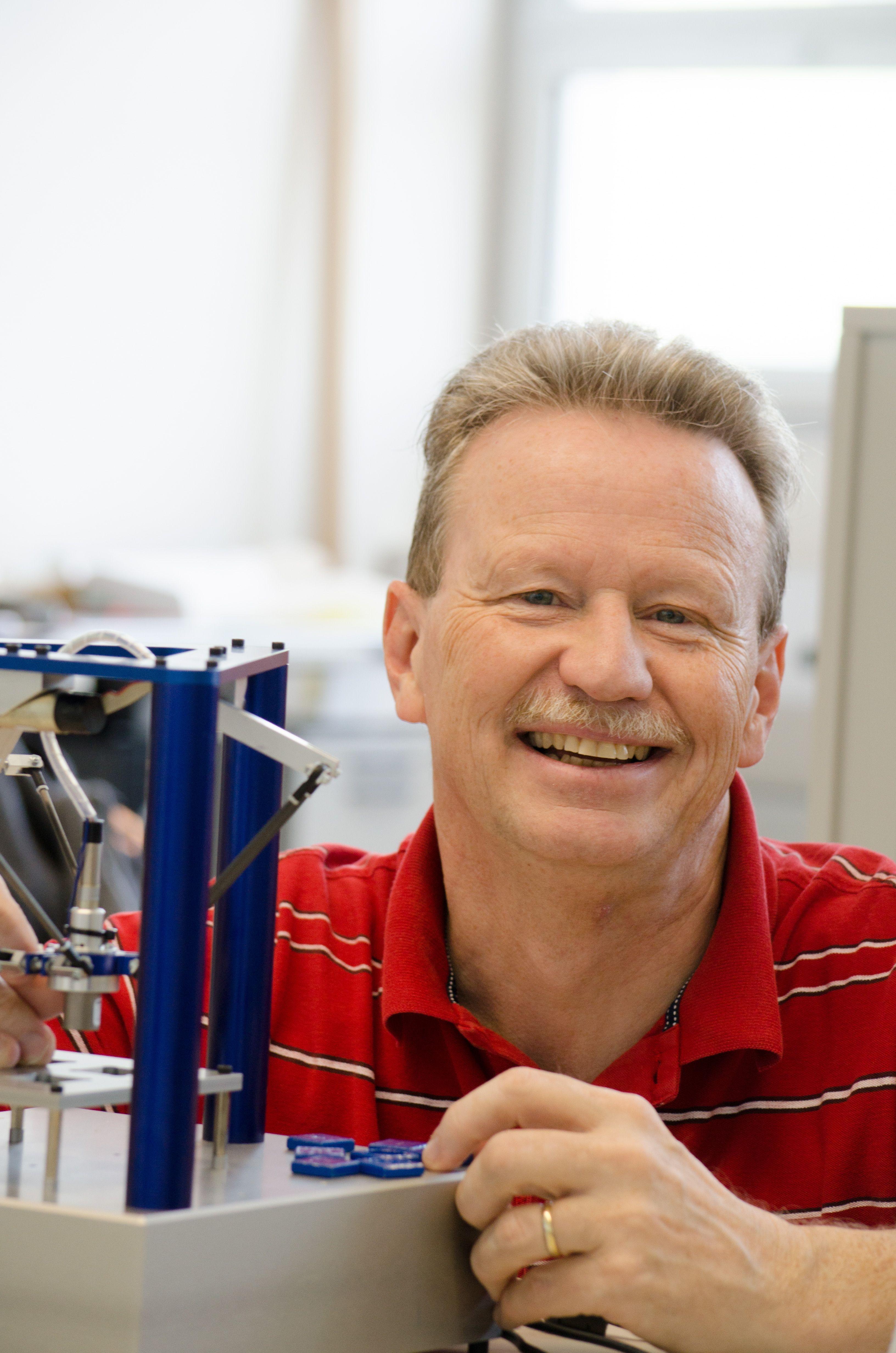 """Einar Nielsen, Professor für Automation und Robotik an der NTB: """"FAULHABER ist meines Wissens weltweit der einzige Motorenhersteller, der spielfreie Getriebe in der von uns benötigten Kategorie im Programm hat."""" Bild: NTB"""