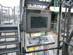 Seit Mitte 2014 ist die neue Tankabfüllung in Betrieb. Die Mitarbeiter werden elektronisch durch die Arbeitsprozesse geleitet; alle relevanten Informationen sind auf einen Blick verfügbar. Dadurch werden (teure) Fehler vermieden; außerdem ist jederzeit dokumentiert, wer welchen Arbeitsschritt wann und wo ausgeführt hat. Bild: BASF