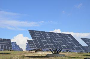 Mehr Sonnenenergie einfangen über Verstelleinrichtungen wie Tracker für Solarpaneele, auch dabei punktet der robuste, wartungsfreie ECI 80 Motor. Bild: ebm-papst