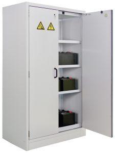 Auch schwere Akkus sind im Schrank leicht verstaut. Bild: CEMO