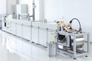 Die Multilayer-Cofiring-Technologie ist ein besonders innovatives Herstellungsverfahren, bei dem zunächst Folien aus Piezokeramikmaterial gegossen und anschließend noch im Grünzustand mit Elektroden versehen werden. Aus vielen Einzelfolien wird ein Piezoelement laminiert und anschließend gemeinsam mit den Kontaktelektroden in einem einzigen Prozessschritt gesintert. Bild: PICeramic