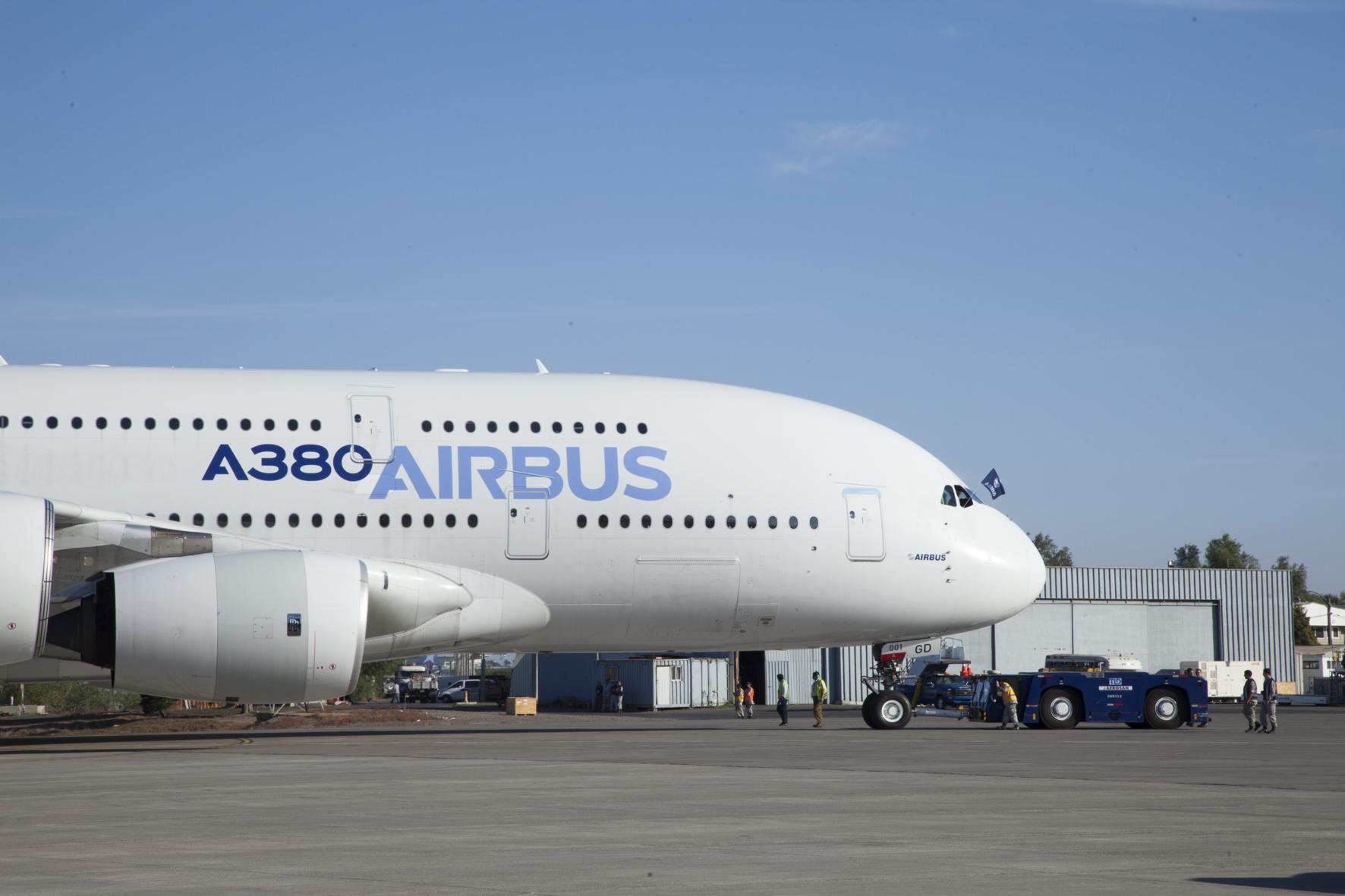 Das aktuell größte in Serienfertigung produzierte Verkehrsflugzeug ist der Airbus A380. Seine Türen sind zu groß und zu schwer, um sie manuell zu betätigen. Bild: Airbus