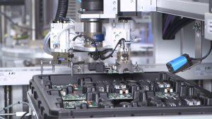 Traceability spielt in der Elektronikfertigung eine wichtige Rolle. Ist ohnehin ein Logikbaustein verbaut, lassen sich Informationen zum Produkt und einzelnen Fertigungsschritte direkt darin speichern. Aber auch herkömmliche Markierungslösungen sind denkbar. Bild: Engmatec